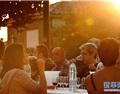 西班牙锡加莱斯小镇举行盛大酿酒节活动