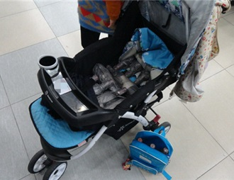 婴儿车夹藏拉菲进境 两澳门女子拱北口岸被查