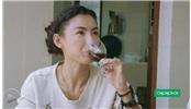 """張柏芝跟著農村""""婆婆""""一起做葡萄酒"""