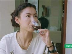 """张柏芝跟着农村""""婆婆""""一起做葡萄酒"""