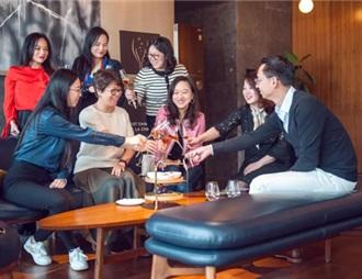 越來越多的國人開始舉杯香檳慶祝