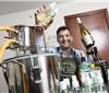 英国男子在家用葡萄酒自制手部消毒凝胶