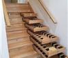 楼梯台阶下的酒窖