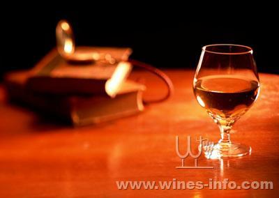 黑夜房子一个人喝红酒素颜照片