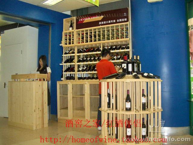 鹏翔实木红酒架加工厂,专业于实木红酒架,葡萄酒架,展示架,酒窖工程,酒吧别墅会所房,红酒专卖店的设计、制作、安装、维修保养,是集设计,工厂生产,现场安装于一体的全方面服务公司。我们专注于葡萄酒的商业性陈列工程和收藏解決方案,为客户提供量身订做的产品和服务, 小到家庭贮存小酒架,大到成百上千平方建筑面积的红酒大卖所,我们都能提供优秀的方案。我们自设工厂,生产工人都为经验丰富的木工师傅 ,对质量严格把关,对产品细节尤其关注.