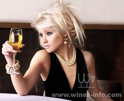 """褐紅色的液體在高腳杯里大跳華爾茲,華貴的女人在交際場上左右逢源,這是歐美電影中常見的鏡頭。紅酒女人香,傳達著一種醇熟和媚惑,透著自戀和感傷。二十一歲時我曾親眼目睹了一位失戀的好友,獨自喝掉一瓶紅酒至爛醉,那種頹廢讓我多年未曾忘懷,以至于曾經對紅酒采取斷然拒絕的態度。      工作后,我跟三個閨中密友偶爾小聚,老大常會掂著瓶紅酒助興。四個女人的餐桌往往會從哪個影視劇的悲情人物聊到眼前的韶華已逝、紅顏易老。高腳杯輕觸,""""錚錚""""作響,有時有哪兩位心有戚戚,便會把這紅色液體一飲而盡"""