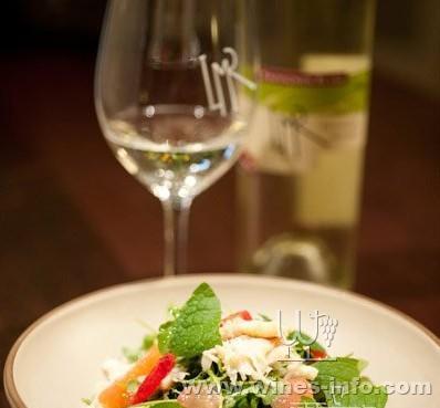 享受我们手工制作的葡萄酒和额外赠送的初榨橄榄油.