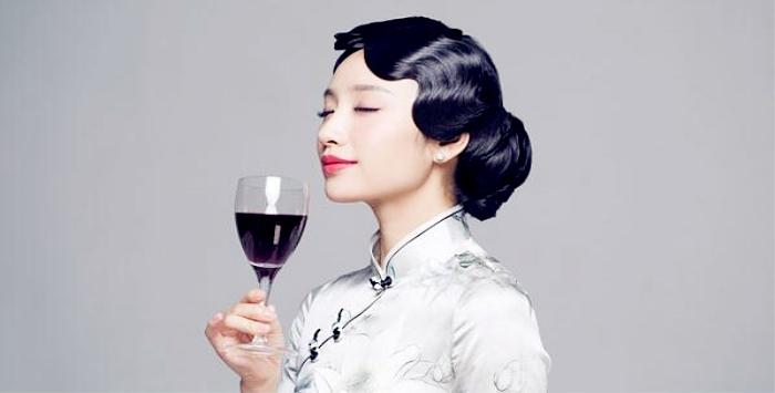 地点:陕西省西安市高陵区药惠管理会阳光森林酒店 时间: 2017-09-29 18:00-20:30 红酒起源于公园前6000年古波斯的葡萄酒,有这一个与美人、身份、品位有关的传说。故事说的是一个失宠的妃子,把皇帝写着毒药的发酵的葡萄汁喝了自寻短见,结果人没死反而更加美艳动人,从而使妃子再度受宠。   从此,红酒的美颜功能便成了追求生活品质的女人们的爱物。女人喜爱红酒,是爱它迷人的色彩,柔和的醇香,还有它一点点的迷离。那捉摸不定的神韵,让人如痴如醉,如梦如幻。 品味红酒是一门艺术。一个懂得品味红酒滋味