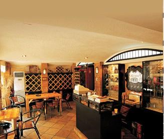 整间店铺的装修独特,处处都散发著红酒高贵雅致的