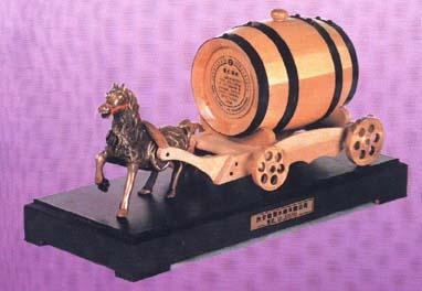照片是当年制造橡木桶储酒窑的西安公司的标志物